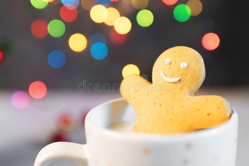 Homens da cookie do pão-de-espécie em um copo quente do cappuccino imagem de stock