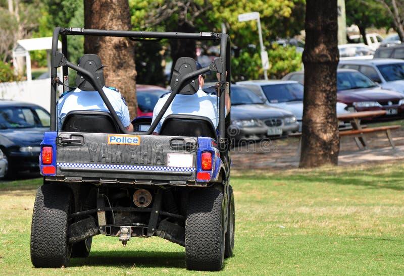 Homens da polícia da patrulha da praia de Queensland fora do buggy da estrada imagem de stock