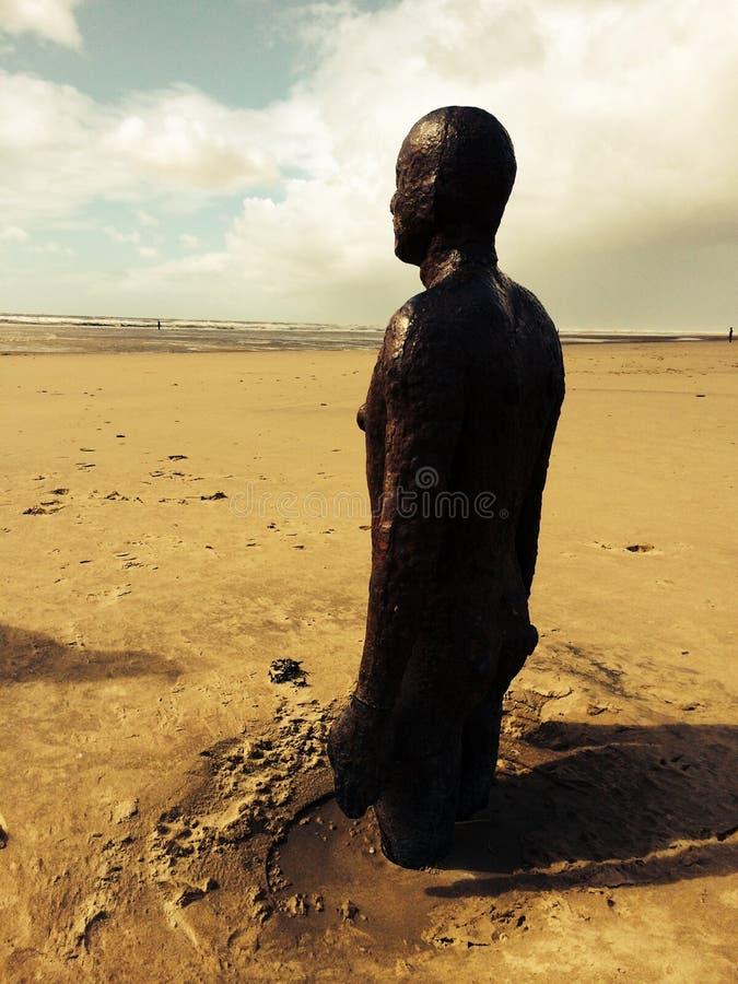 Homens de bronze na praia de Crosby imagens de stock