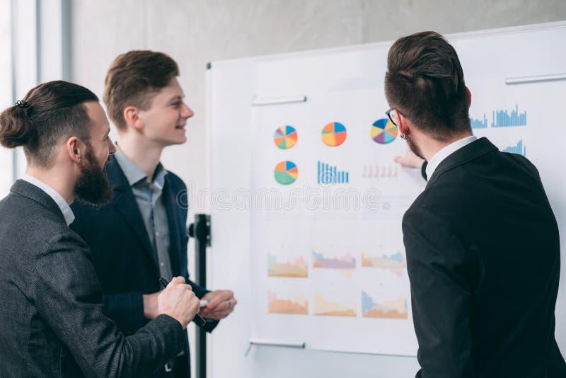 Homens de negócio novos dos trabalhos de equipe do encontro incorporado imagens de stock royalty free