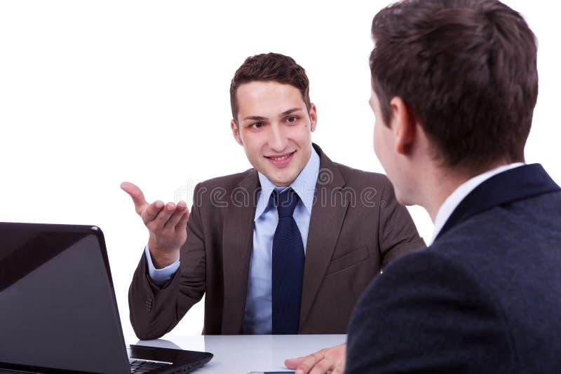 Homens de negócio novos que têm uma discussão foto de stock