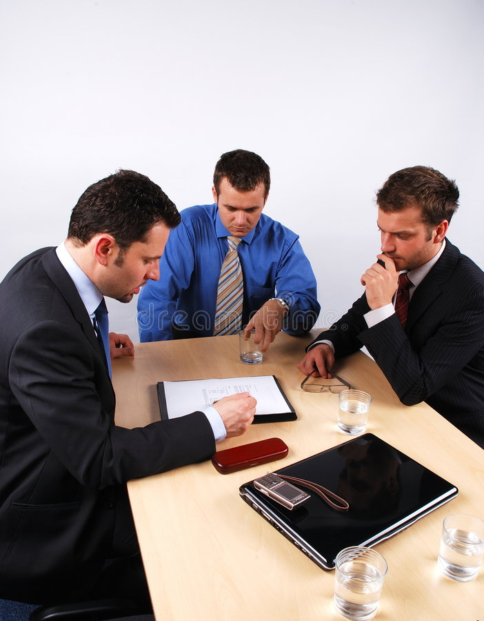 Homens de negócio que lêem um contrato foto de stock royalty free
