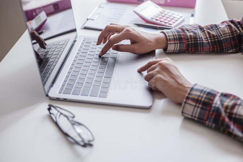 Homens de negócio que trabalham em um tela táctil em um laptop fotografia de stock royalty free