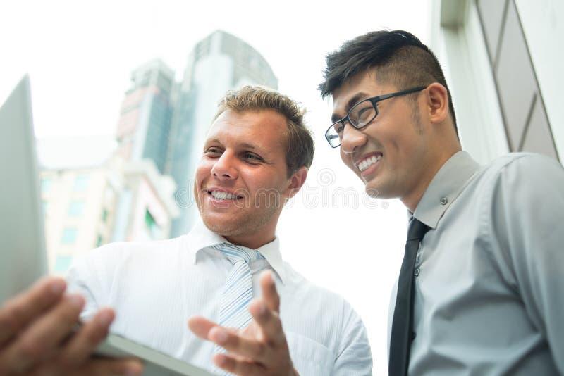 Homens de negócios alegres fotografia de stock royalty free