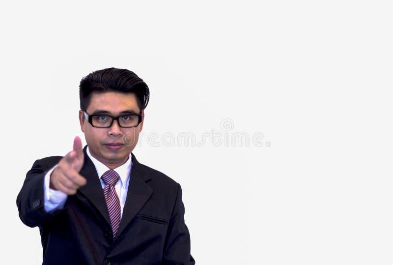 Homens de negócios asiáticos novos que vestem vidros pretos e o terno preto, mão que aponta para a frente com uma vontade de trab foto de stock royalty free