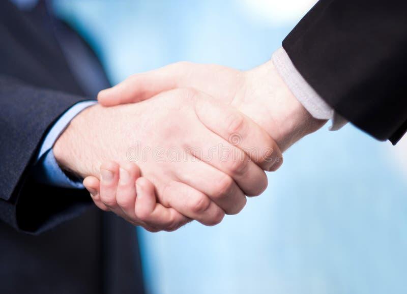 Homens de negócios bem sucedidos que agitam as mãos fotografia de stock royalty free