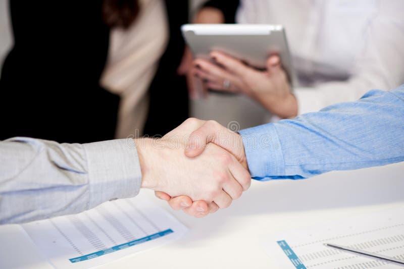 Homens de negócios bem sucedidos que agitam as mãos foto de stock royalty free