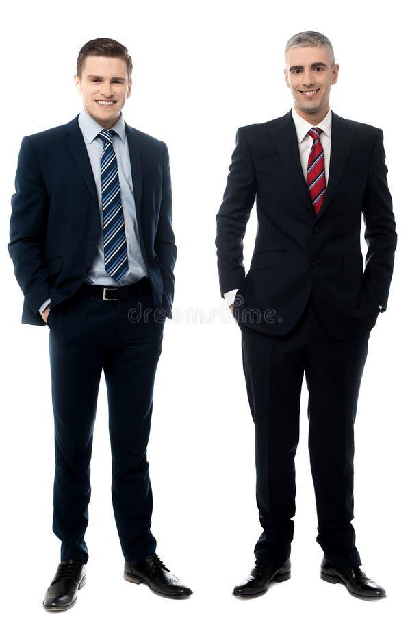 Homens de negócios bem sucedidos que levantam no estilo imagens de stock royalty free