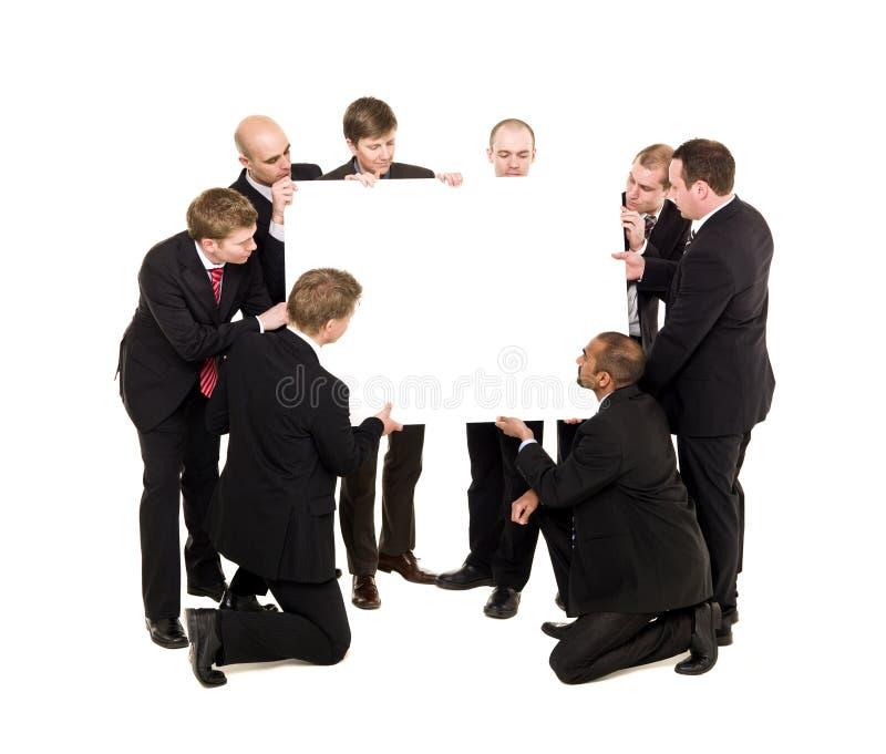Homens de negócios com um quadro de avisos fotos de stock