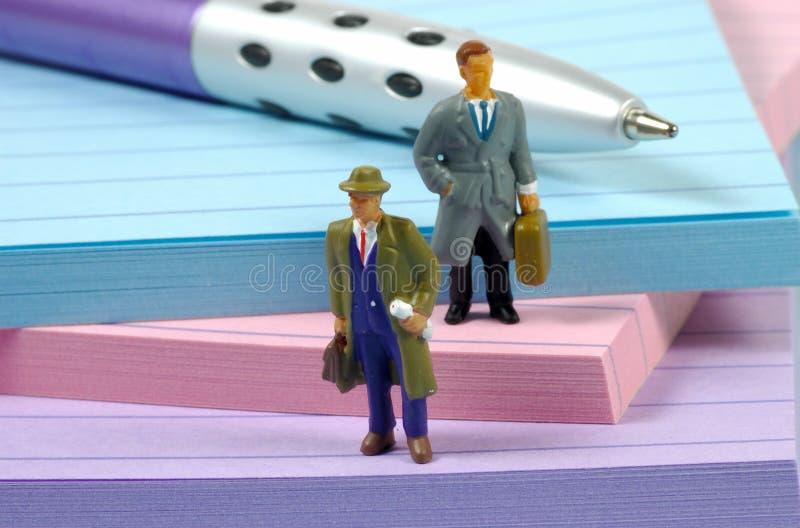 Homens de negócios diminutos fotografia de stock royalty free