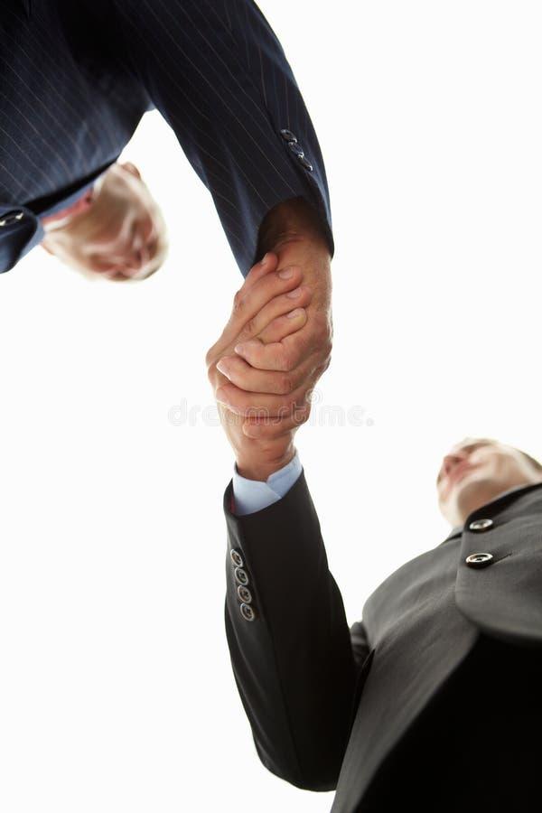 Homens de negócios do detalhe que agitam as mãos fotografia de stock royalty free