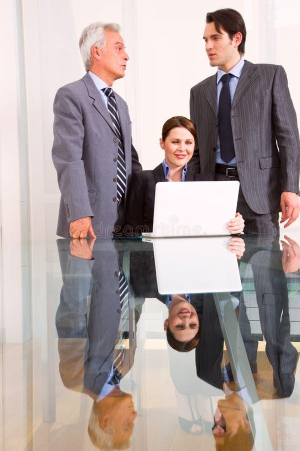 Homens de negócios e mulher de negócios durante uma reunião imagem de stock royalty free