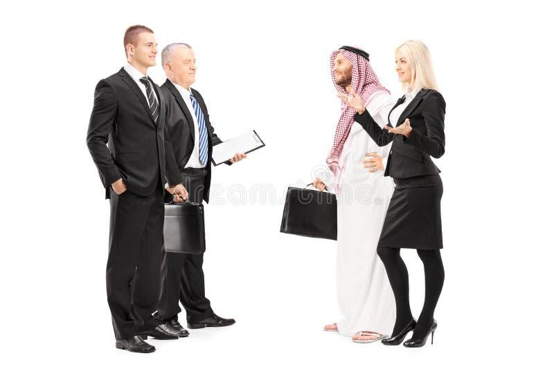 Homens de negócios e mulher de negócios que têm uma conversação fotos de stock