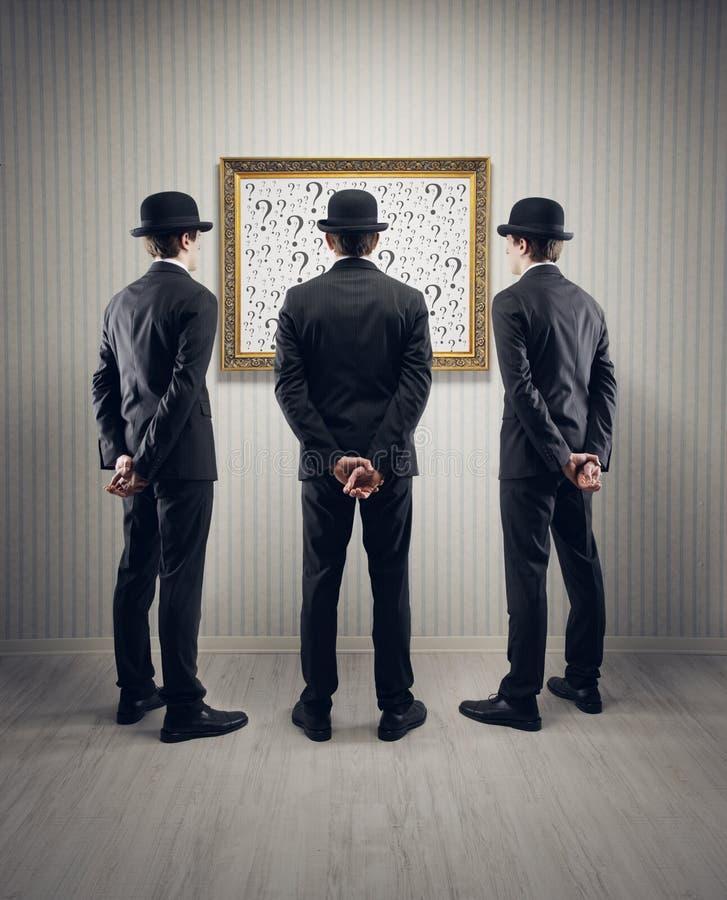 Homens de negócios e perguntas fotografia de stock royalty free