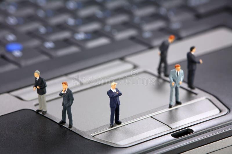 Homens de negócios em um portátil foto de stock royalty free