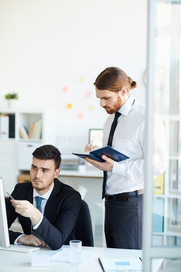 Homens de negócios em uma reunião foto de stock royalty free