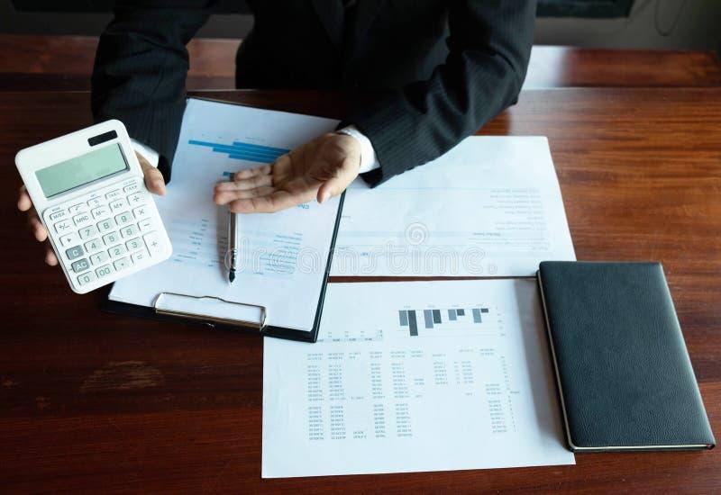 Homens de negócios, financeiros, trabalho, contabilidade, conselheiros de investimento que consultam o trabalho do trabalho no es imagem de stock royalty free