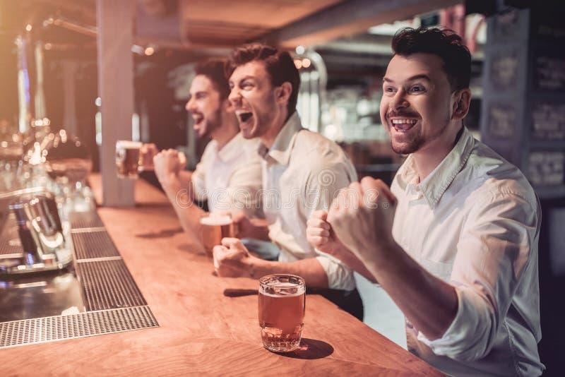 Homens de negócios na barra imagens de stock royalty free