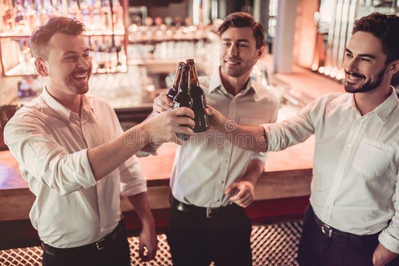 Homens de negócios na barra foto de stock