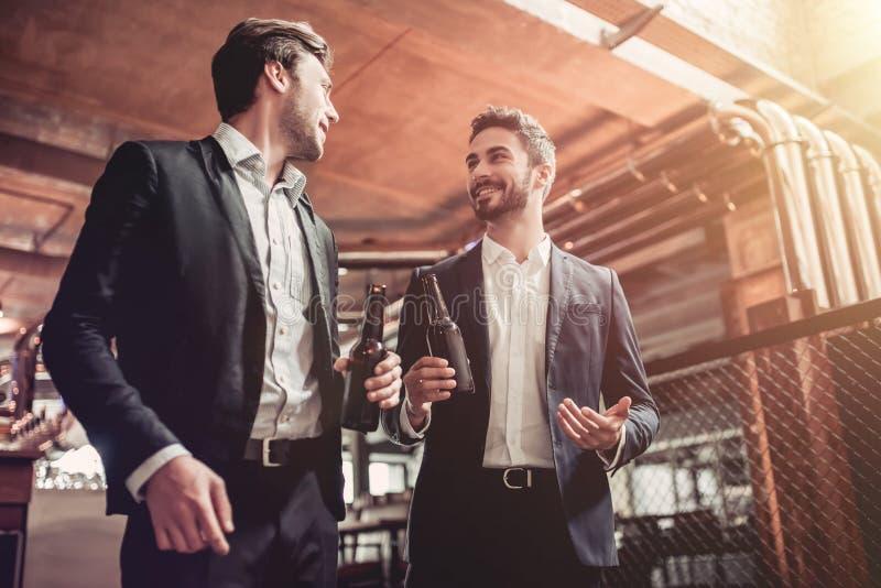 Homens de negócios na barra fotografia de stock