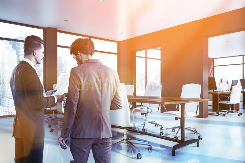 Homens de negócios na sala de reunião cinzenta fotos de stock royalty free
