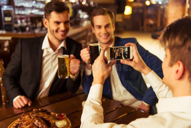 Homens de negócios no bar fotografia de stock