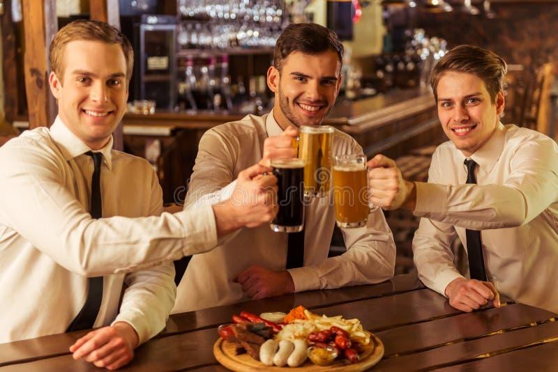 Homens de negócios no bar imagens de stock