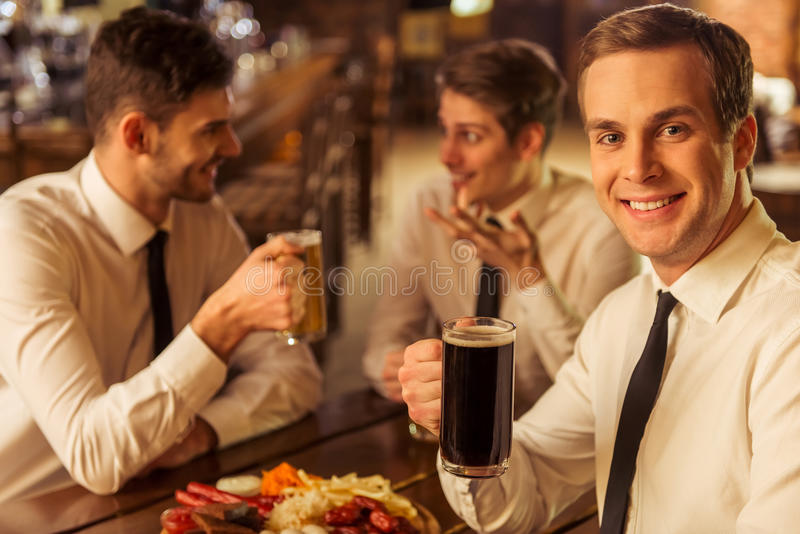 Homens de negócios no bar fotos de stock royalty free
