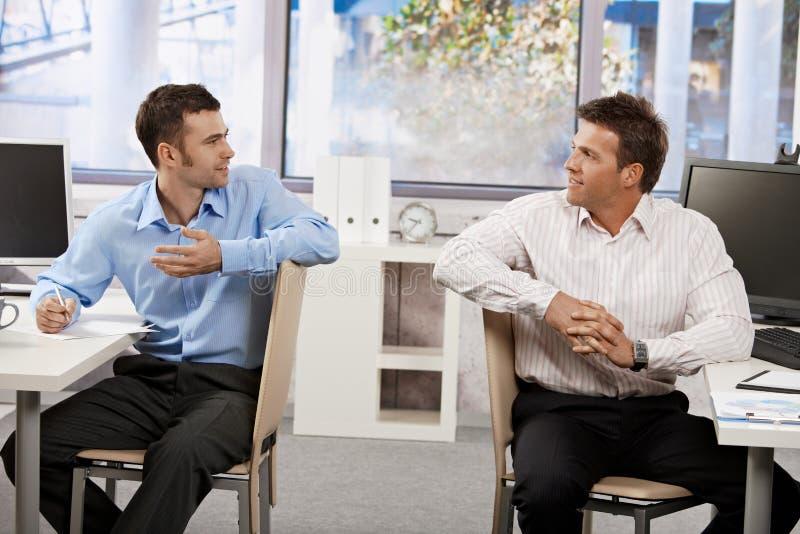 Homens de negócios no escritório imagem de stock royalty free