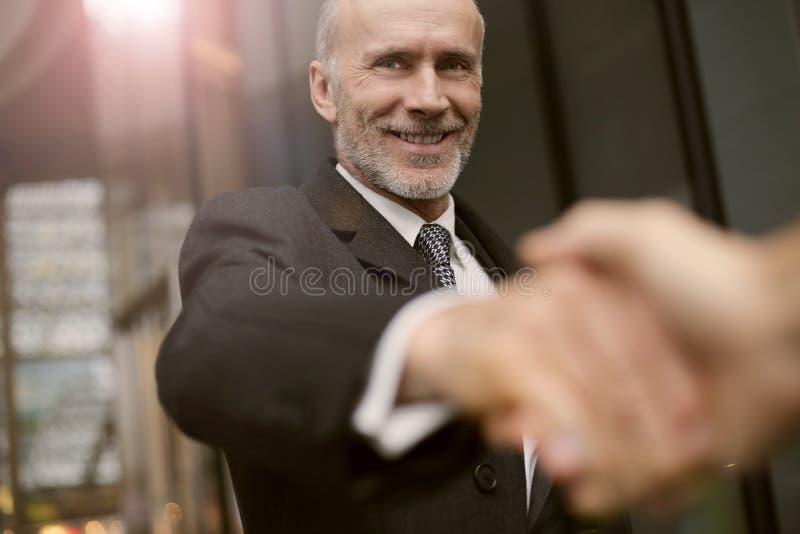 Homens de negócios que agitam as mãos fotografia de stock royalty free