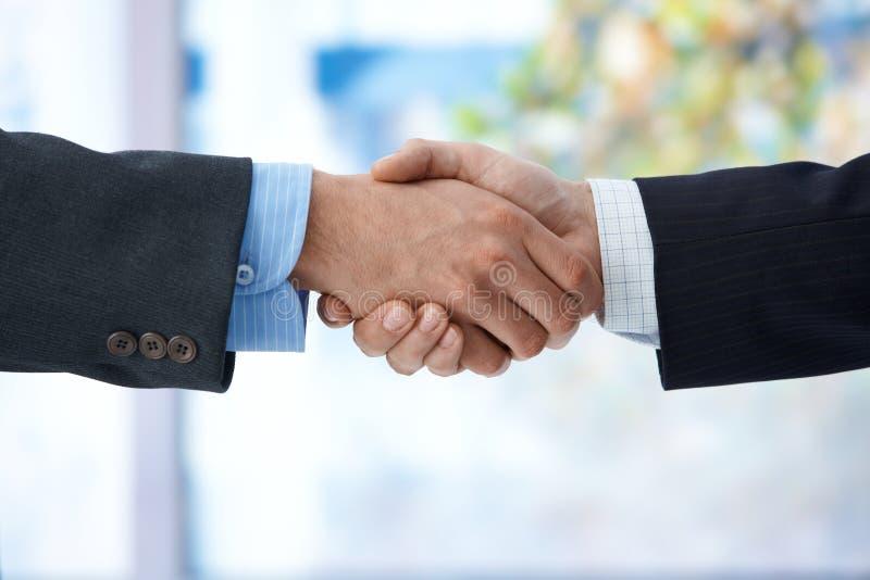 Homens de negócios que agitam a mão imagens de stock