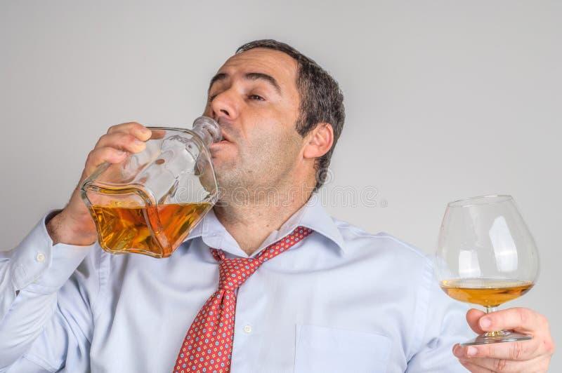 Homens de negócios que bebem o uísque foto de stock royalty free