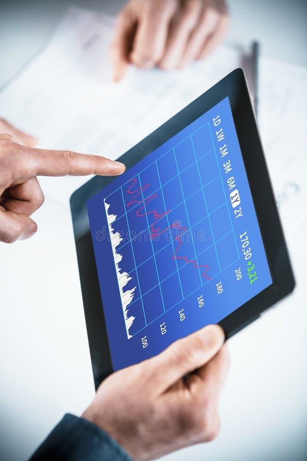 Homens de negócios que discutem um gráfico analítico imagem de stock royalty free
