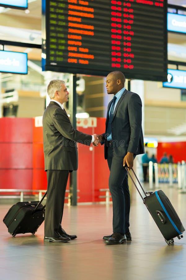 Homens de negócios que encontram o aeroporto fotografia de stock