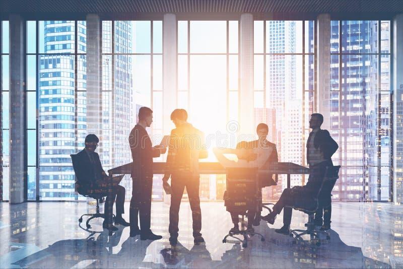 Homens de negócios que encontram-se no arranha-céus ilustração stock