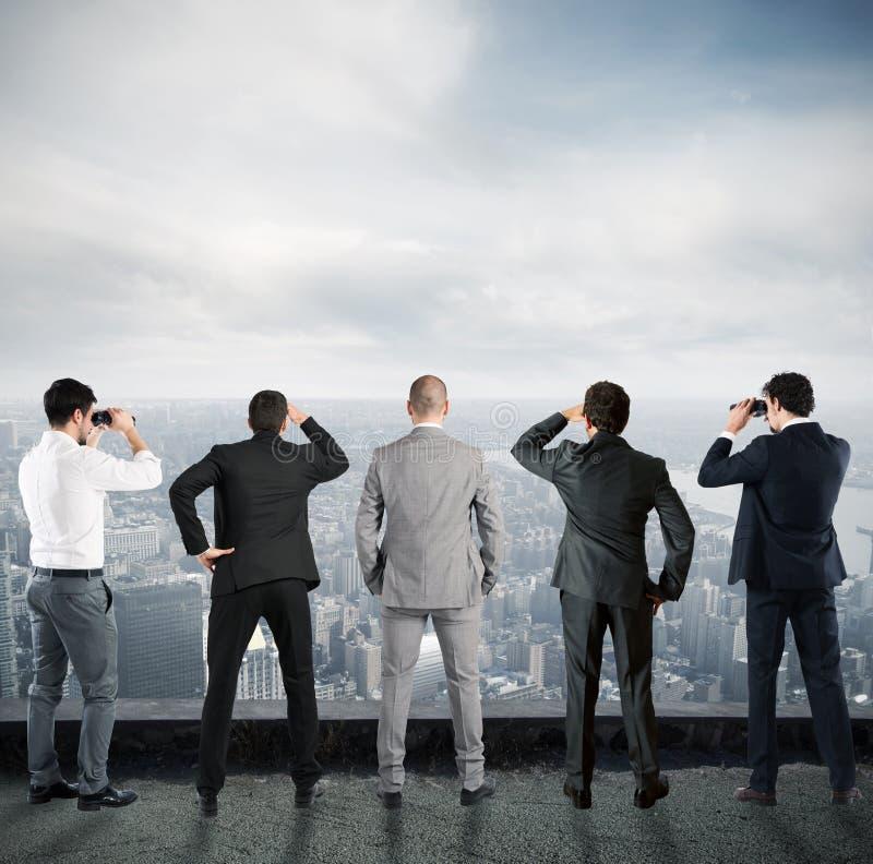 Homens de negócios que olham ao futuro foto de stock