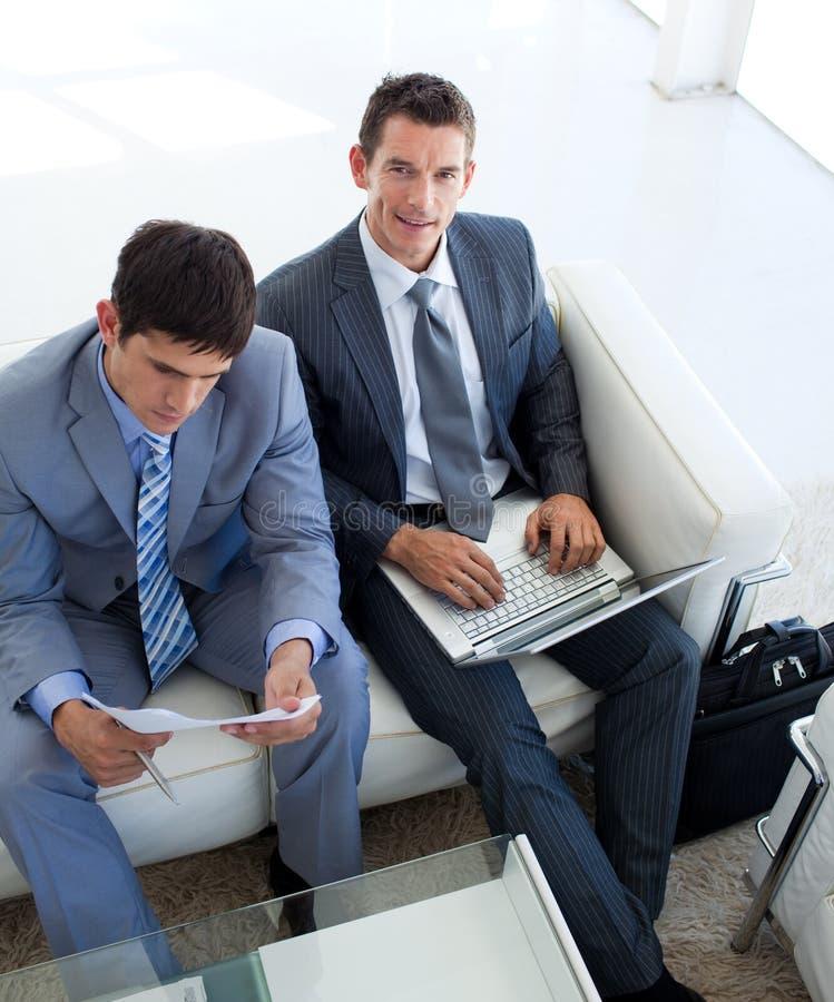Homens de negócios que relaxam antes de uma entrevista de trabalho imagem de stock