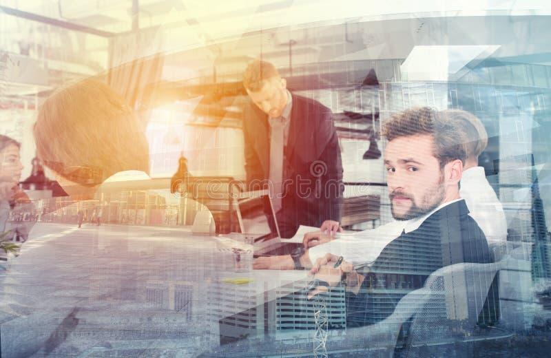 Homens de negócios que trabalham junto no escritório Conceito dos trabalhos de equipa e da parceria Exposição dobro imagem de stock royalty free