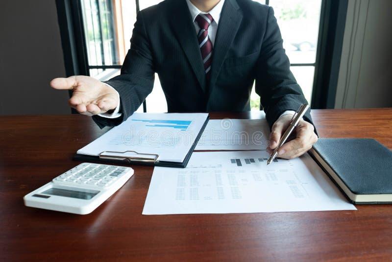 Homens de neg?cios, financeiros, trabalho, contabilidade, conselheiros de investimento que consultam o trabalho do trabalho no es foto de stock