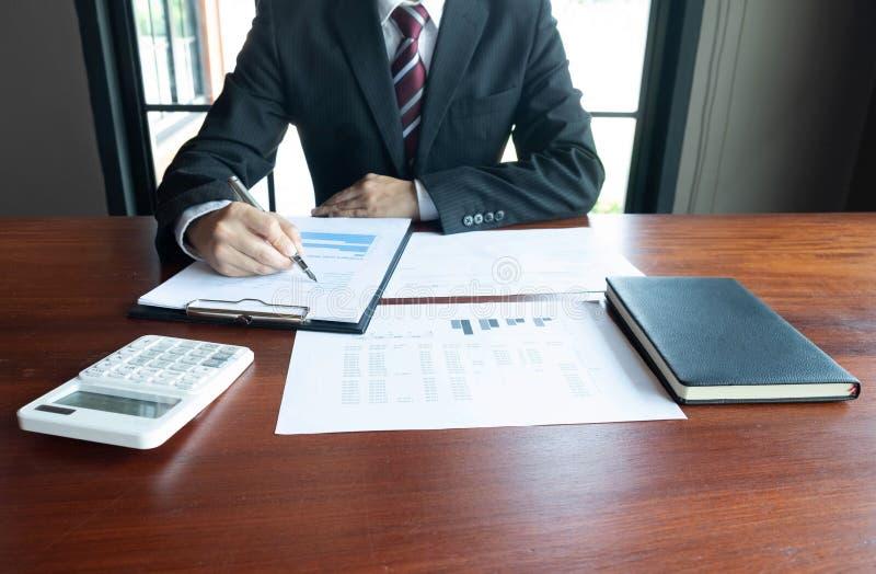 Homens de neg?cios, financeiros, trabalho, contabilidade, conselheiros de investimento que consultam o trabalho do trabalho no es imagem de stock