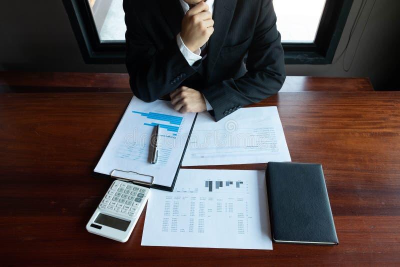 Homens de neg?cios, financeiros, trabalho, contabilidade, conselheiros de investimento que consultam o trabalho do trabalho no es imagens de stock