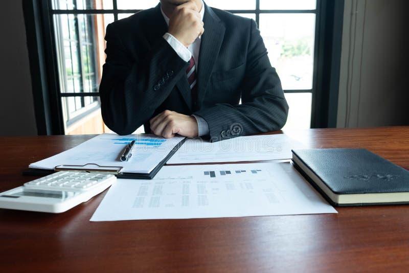 Homens de neg?cios, financeiros, trabalho, contabilidade, conselheiros de investimento que consultam o trabalho do trabalho no es fotos de stock royalty free