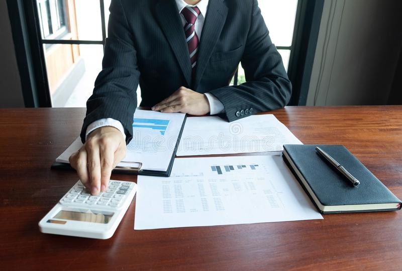 Homens de neg?cios, financeiros, trabalho, contabilidade, conselheiros de investimento que consultam o trabalho do trabalho no es imagem de stock royalty free