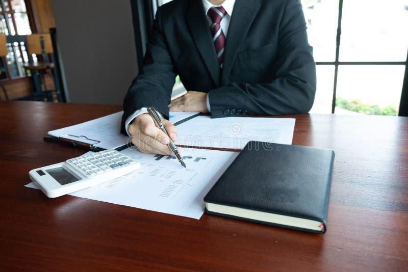 Homens de neg?cios, financeiros, trabalho, contabilidade, conselheiros de investimento que consultam o trabalho do trabalho no es fotos de stock