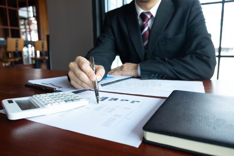 Homens de neg?cios, financeiros, trabalho, contabilidade, conselheiros de investimento que consultam o trabalho do trabalho no es fotografia de stock royalty free