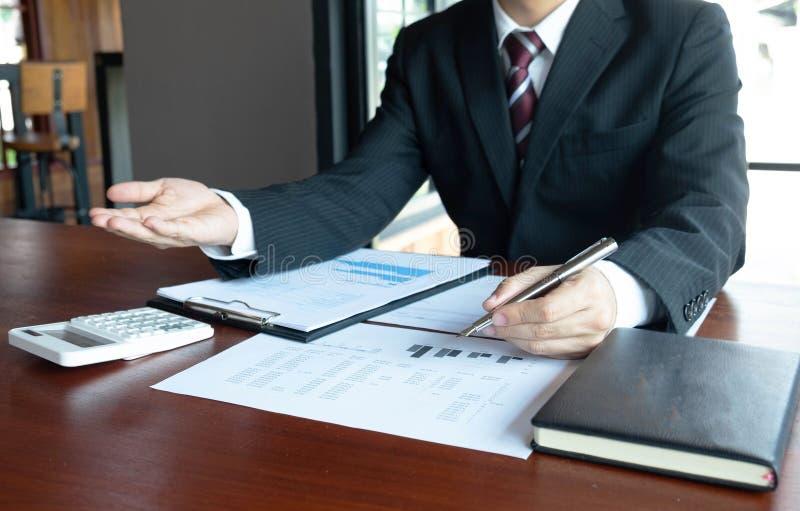 Homens de neg?cios, financeiros, trabalho, contabilidade, conselheiros de investimento que consultam o trabalho do trabalho no es fotografia de stock