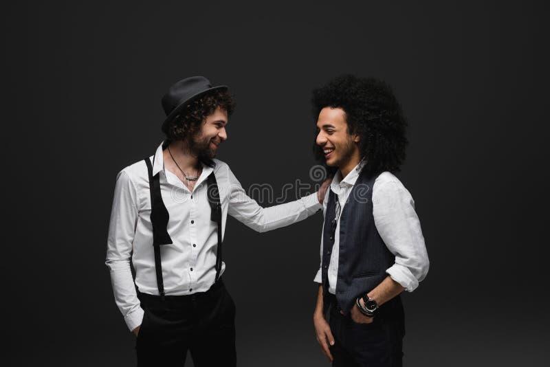 homens de riso à moda nas camisas brancas fotografia de stock