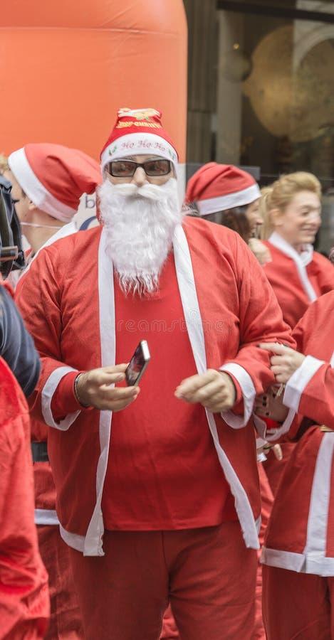 Homens de Santa Claus com telefone celular imagens de stock