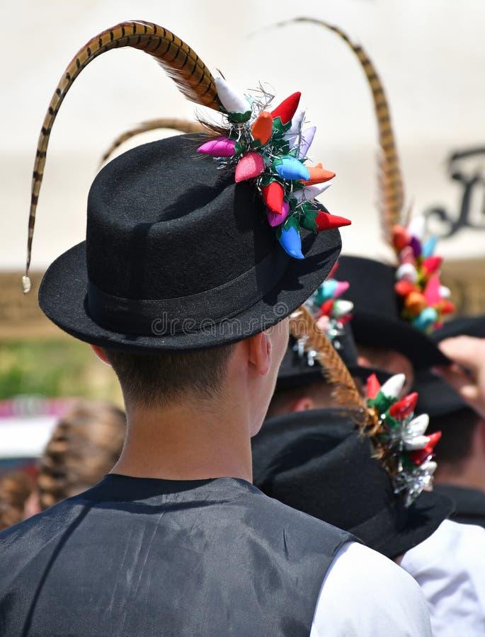Homens do dançarino popular no chapéu estranho fotos de stock royalty free