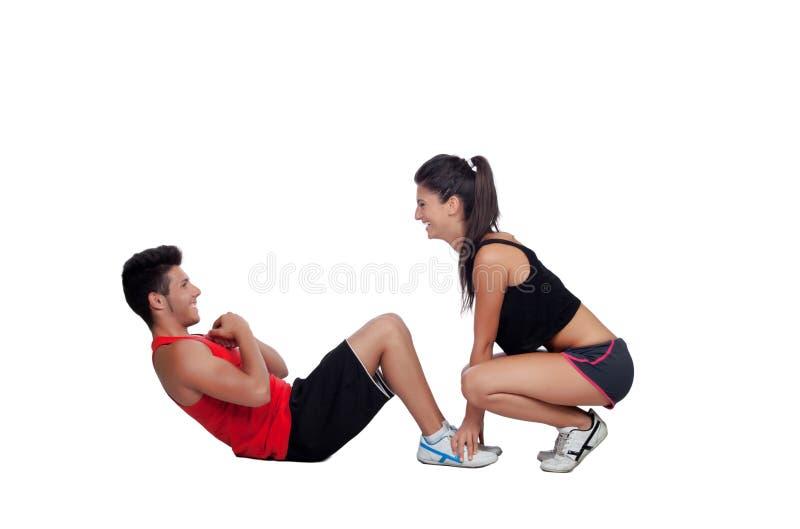 Homens do Gym que exercitam com seu instrutor pessoal imagem de stock royalty free